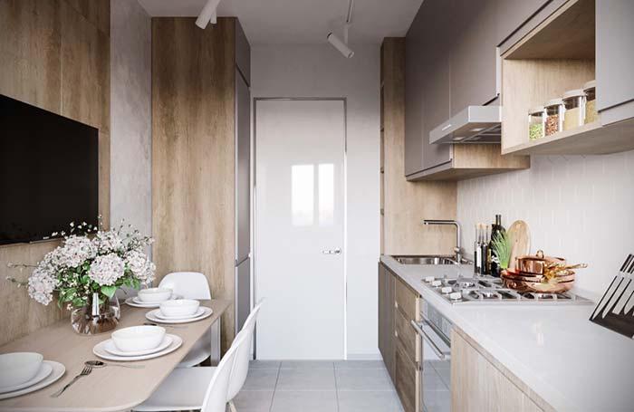 Cozinha pequena com mesa de jantar e TV