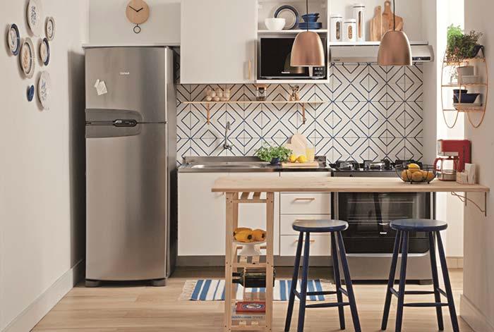 Cozinha pequena, simples e funcional