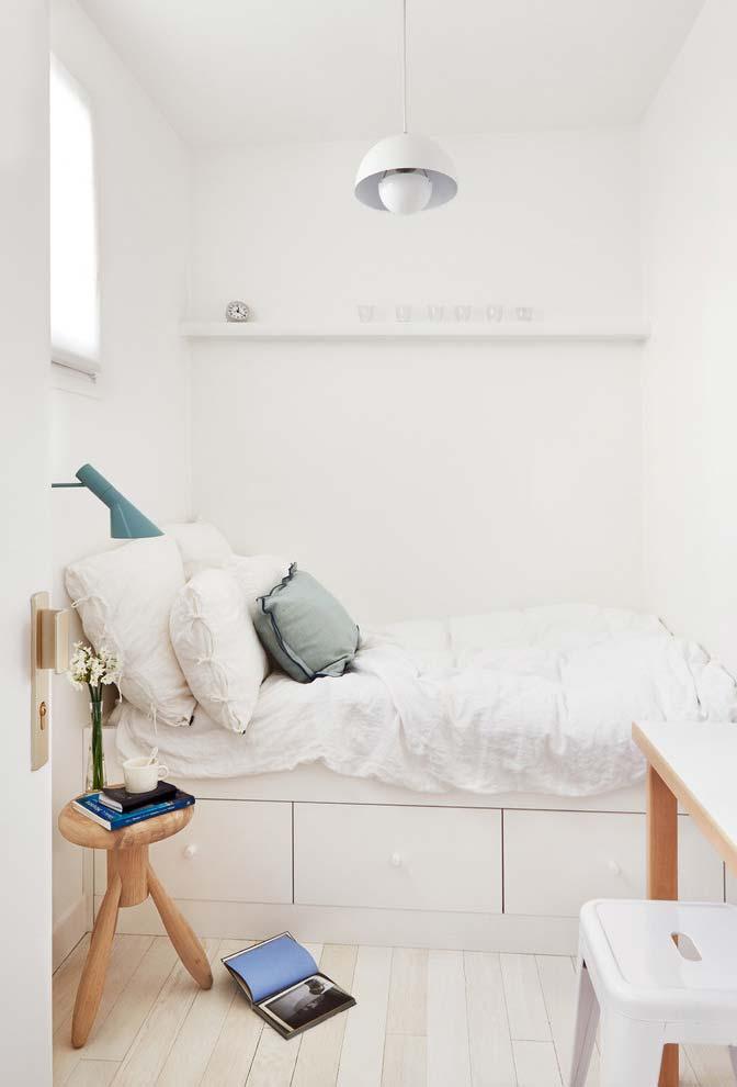 Cama baú ou gavetas para otimizar o espaço em um quarto pequeno