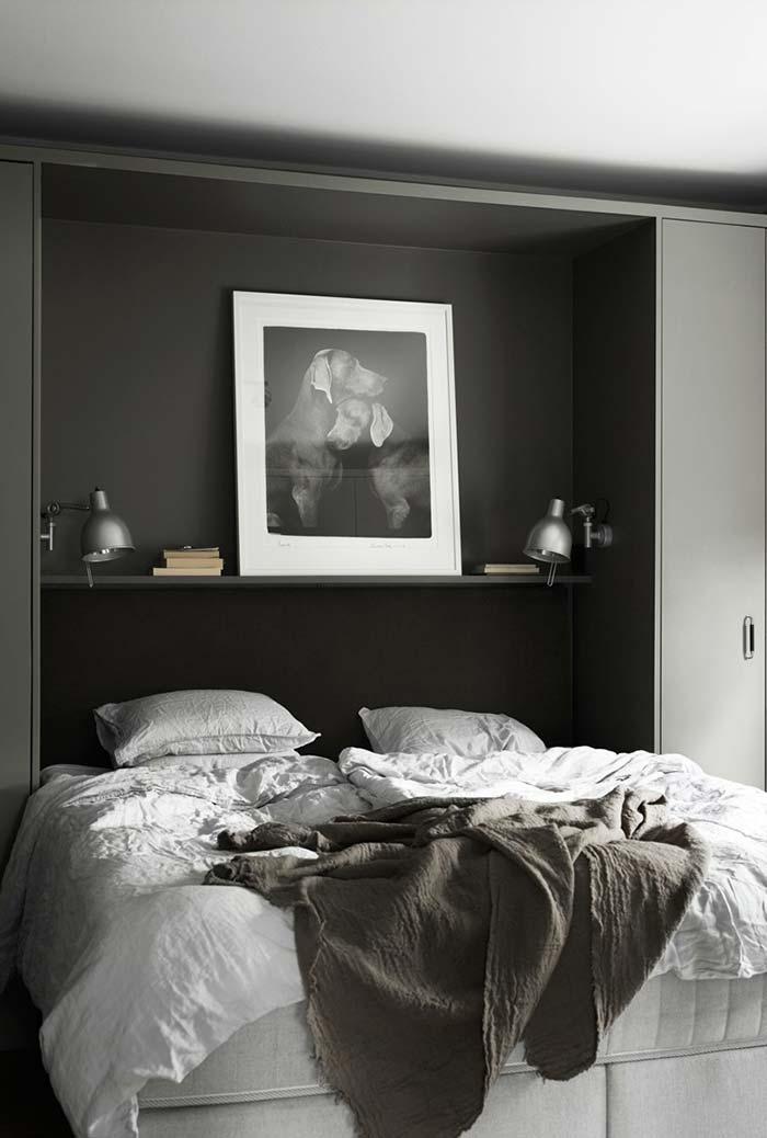 Prateleiras acima da cama fazem muito bem o papel de cabeceiras