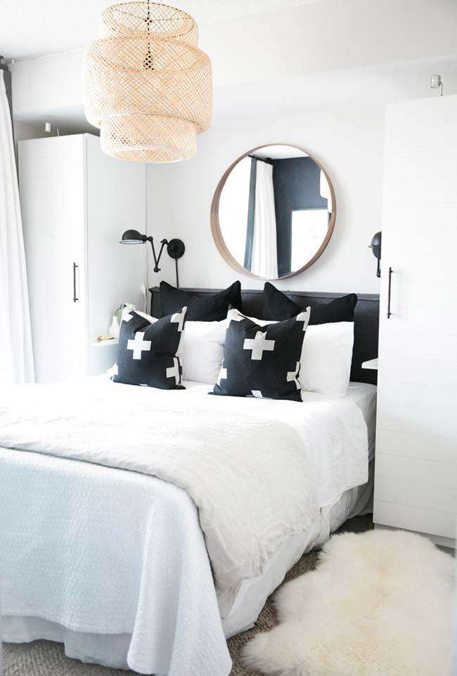 Armários ao lado da cama no quarto pequeno