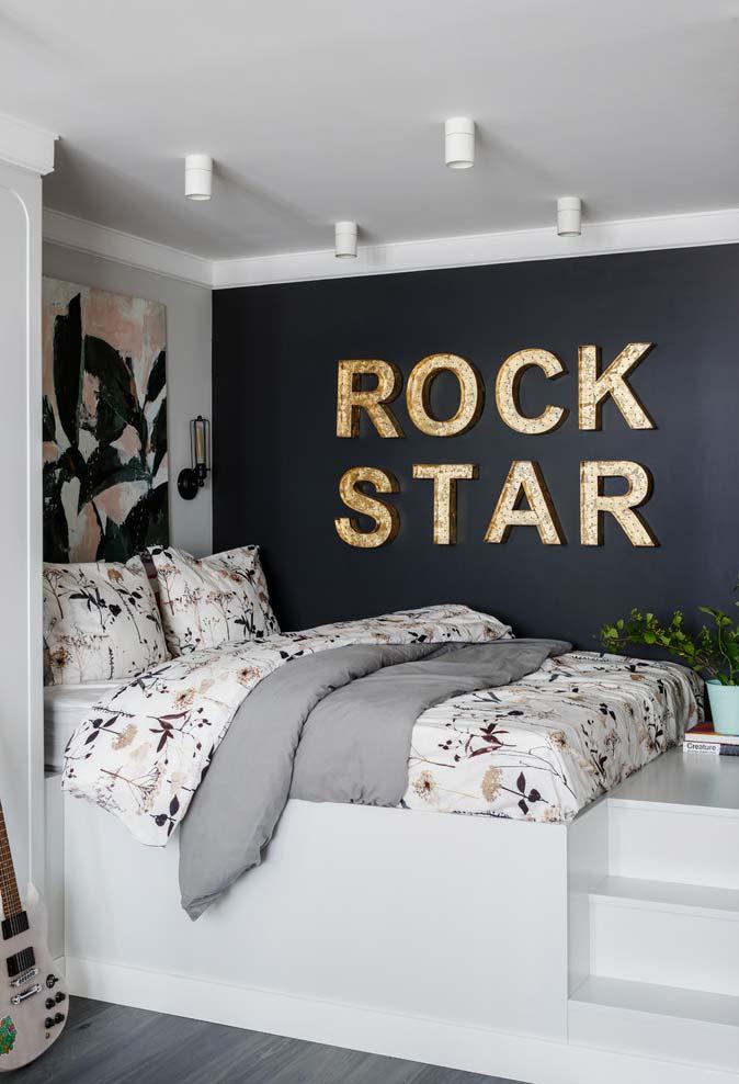 Parede da cama no quarto pequeno
