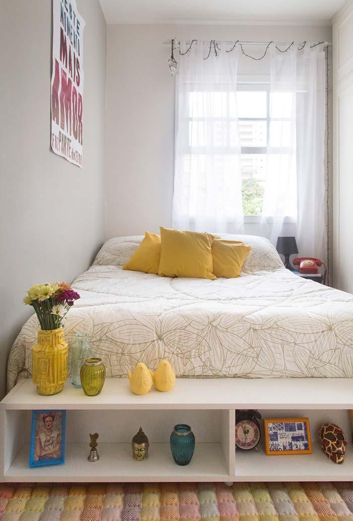 Rack como nicho no pé da cama para quarto pequeno