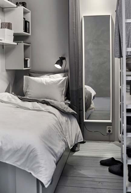 Nichos na parede da cama do quarto pequeno