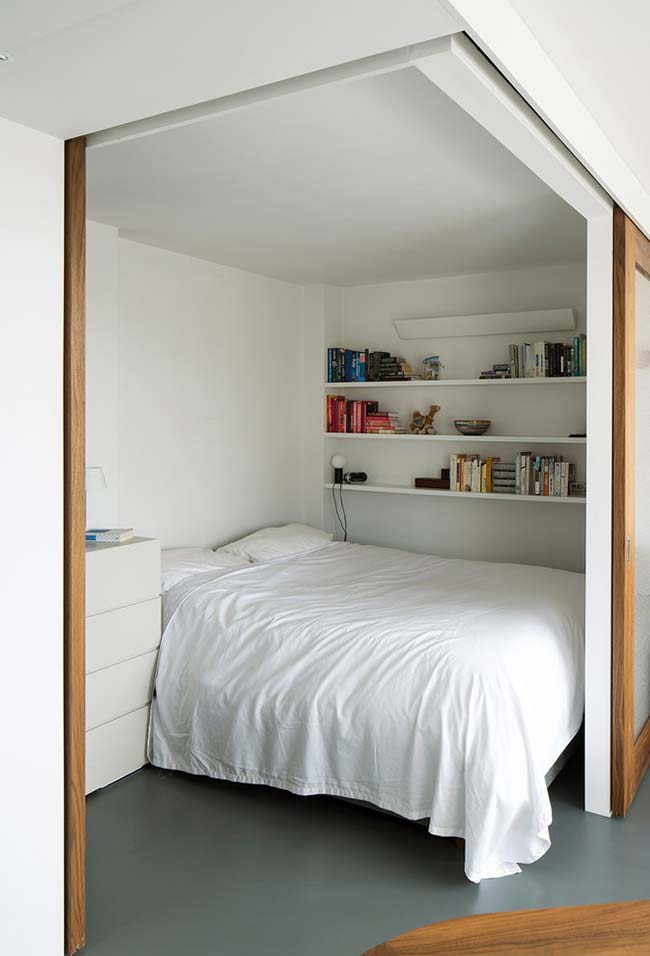 Criado-mudo em quarto pequeno