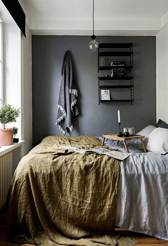 Parede escura em quarto pequeno