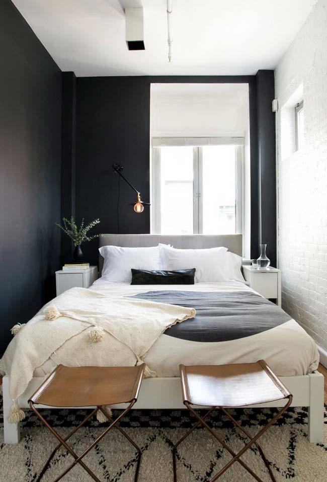 Decoração de quarto de casal pequeno com duas paredes
