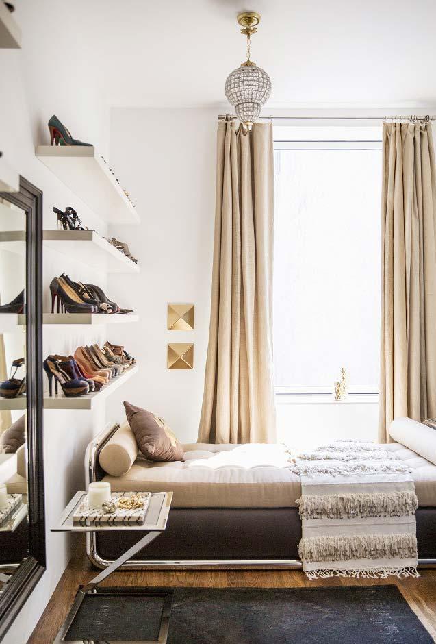 Coleção de sapatos no quarto pequeno