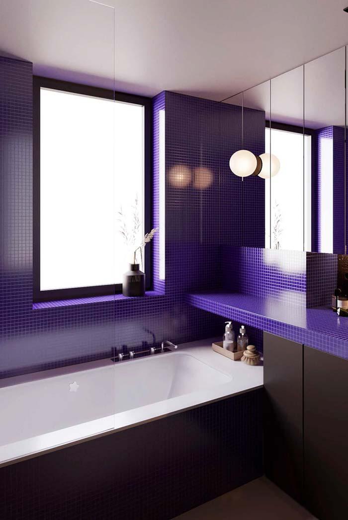 Banheiro com pastilhas pequenas azuis