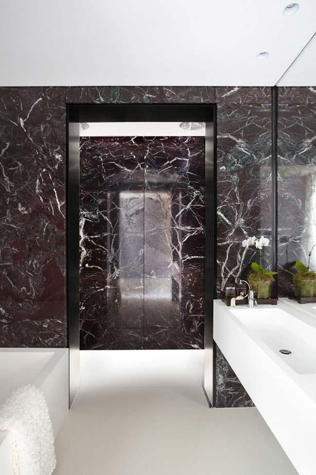 Banheiro com revestimento em mármore preto