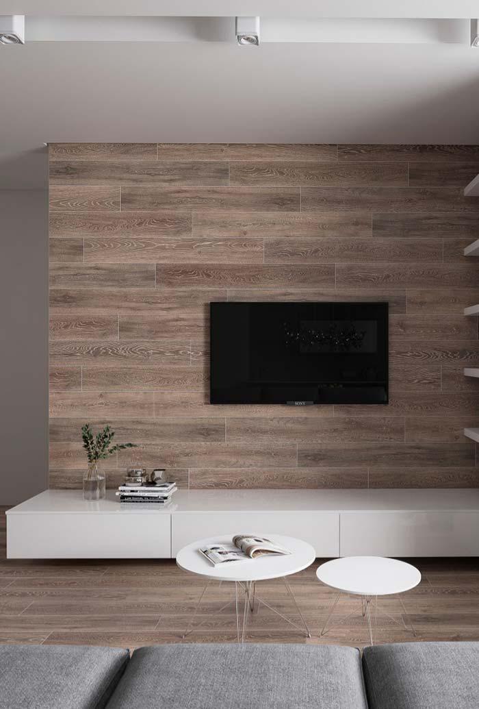 Revestimento de madeira na parede da TV