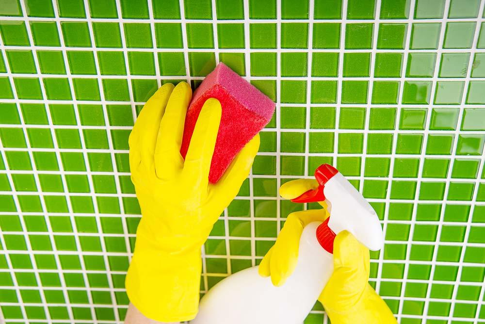 Como limpar azulejo de banheiro: 9 formas e dicas práticas