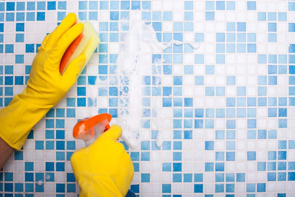 Como limpar azulejo de banheiro com produtos multiuso