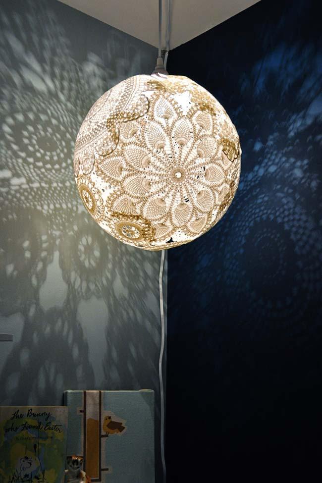 Lustre pendente em esfera revestida com renda