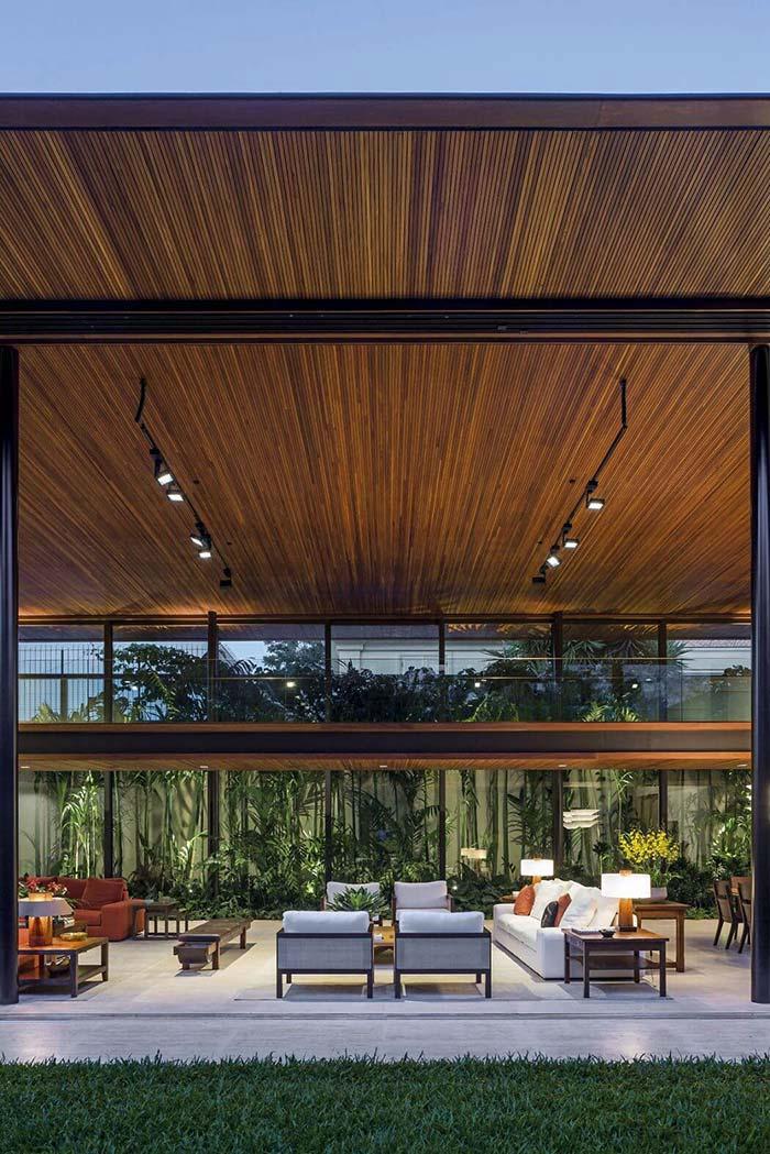 Forro de madeira cobrindo um teto amplo