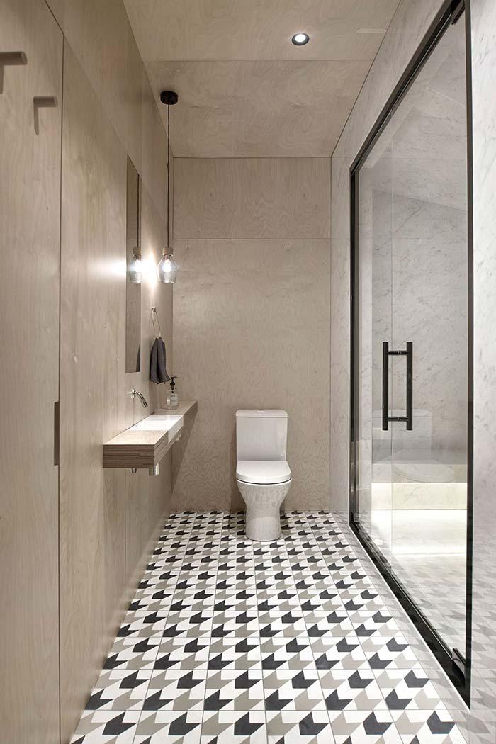 Madeira revestindo todo o banheiro