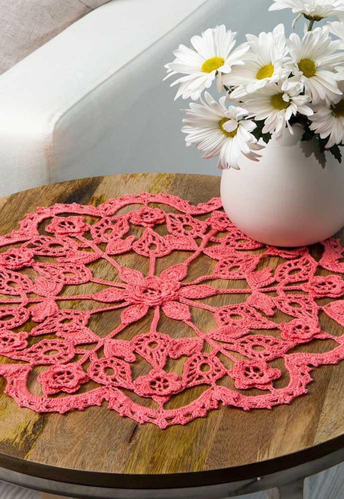 Com pontos simples você consegue fazer um belo centro de mesa de crochê.