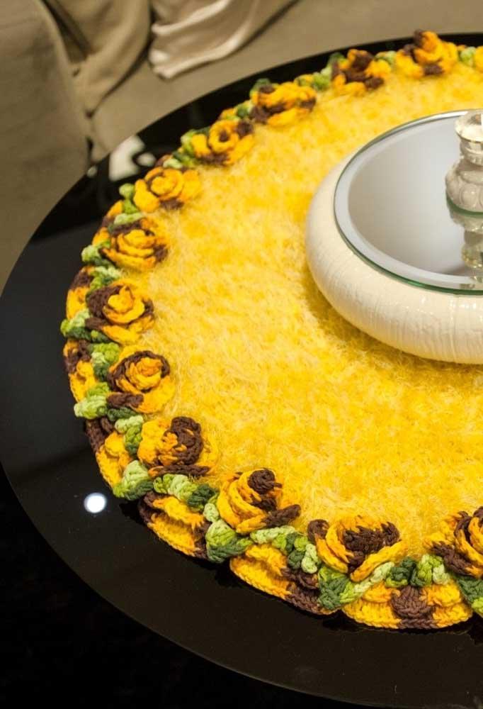 Faça uma combinação de materiais na hora de preparar um centro de mesa de crochê.