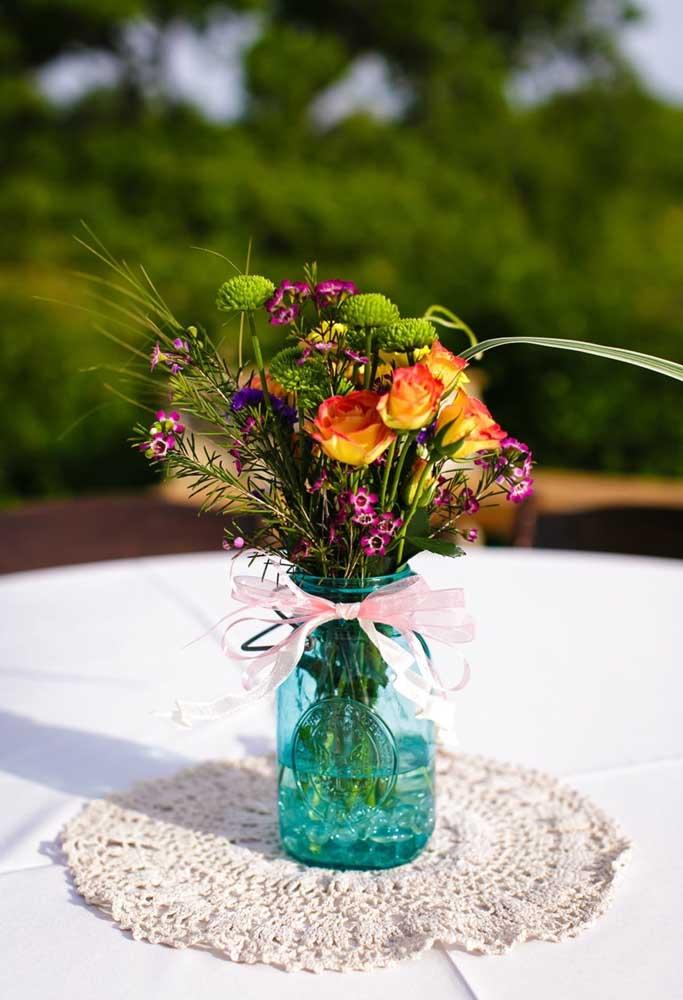 O centro de mesa de crochê é excelente para colocar um objeto de decoração que se destaque em cima dele.