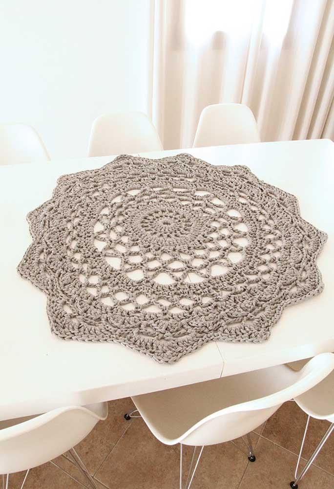 O centro de mesa feito com fio de crochê mais grosso faz com que o objeto se destaque.