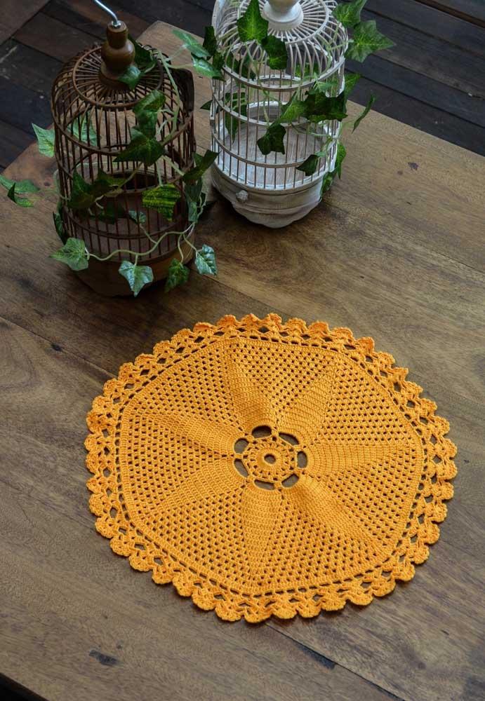 O centro de mesa de crochê é perfeito para decorar uma mesa de madeira e dar aquele efeito de decoração rústica.