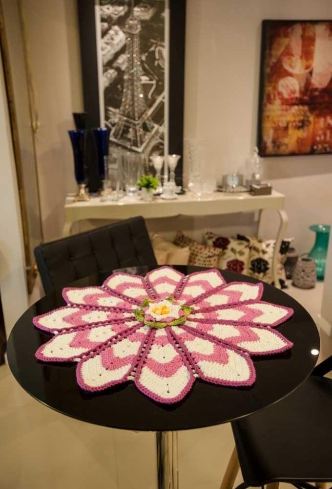 O crochê é um tipo de artesanato que permite criar os mais diferentes modelos de toalhas, centros de mesa, entre outros objetos.