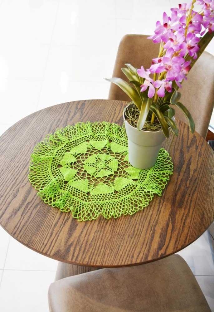O centro de mesa não precisa ser algo elaborado, você pode usar peças de crochê mais simples.