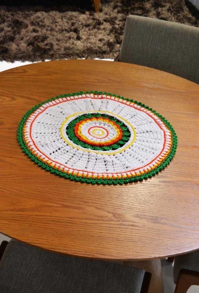 Com diferentes pontos e cores dá para fazer um centro de mesa de crochê diferenciado.