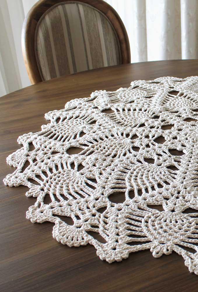 Geralmente, os centros de mesa feitos de crochê são pequenos, mas dependendo do tamanho da mesa, será necessário fazer que preencha todo o centro.