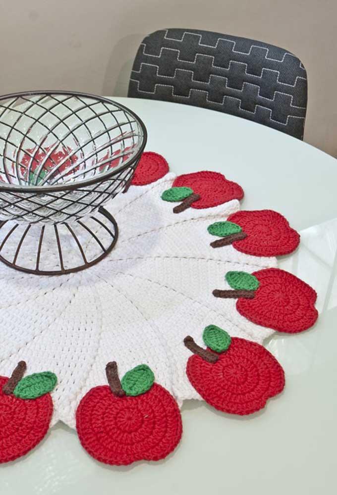 Que tal fazer um centro de mesa redondo com alguns detalhes de frutas nas pontas?