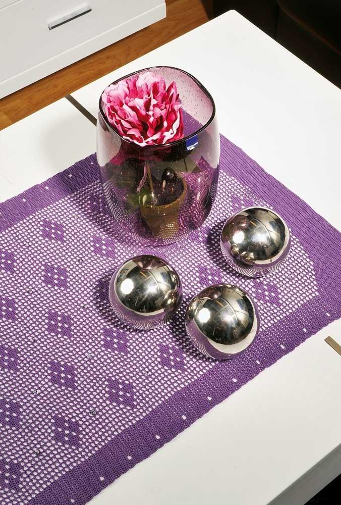 A cor violeta ou roxa combina muito bem com uma decoração prateada.