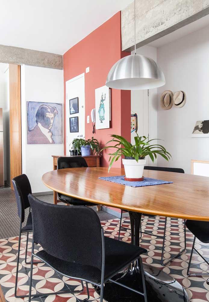 O centro de mesa, geralmente, preenche uma boa parte da mesa. Mas é possível fazer uma peça pequena apenas para colocar um vaso.
