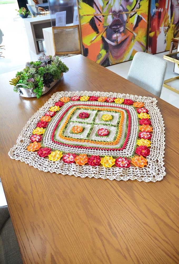 Olha que lindo esse centro de mesa com alguns detalhes de flores coloridas.