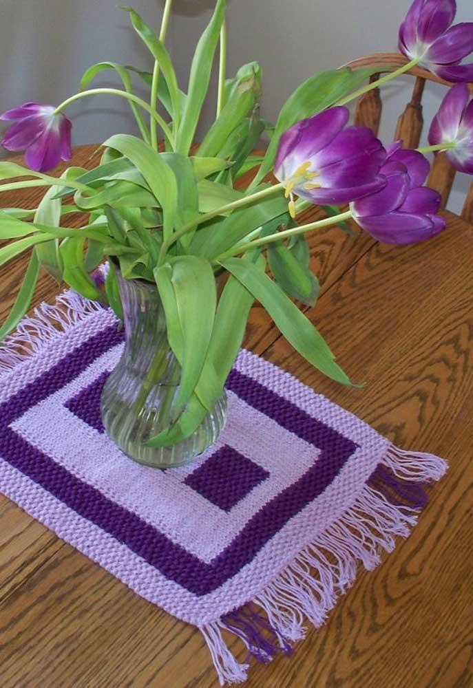 Nada melhor do que usar um centro de mesa no mesmo tom das flores.