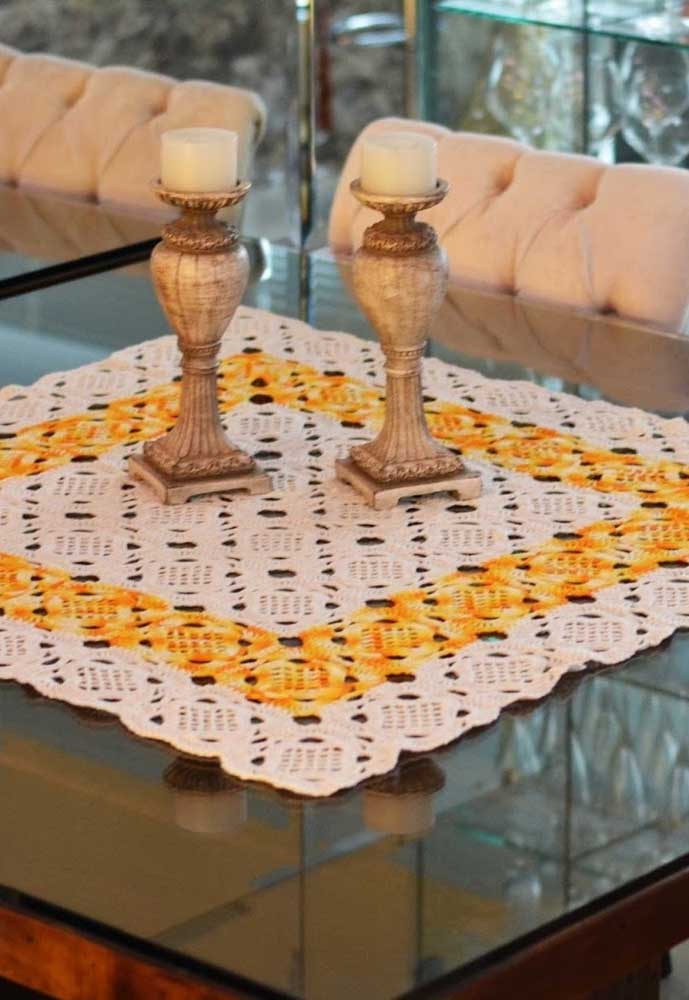 Use um centro de mesa que combine com os elementos decorativos da casa.
