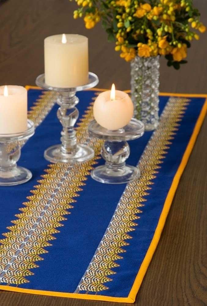 O crochê pode ser usado apenas como detalhe decorativo de um centro de mesa.