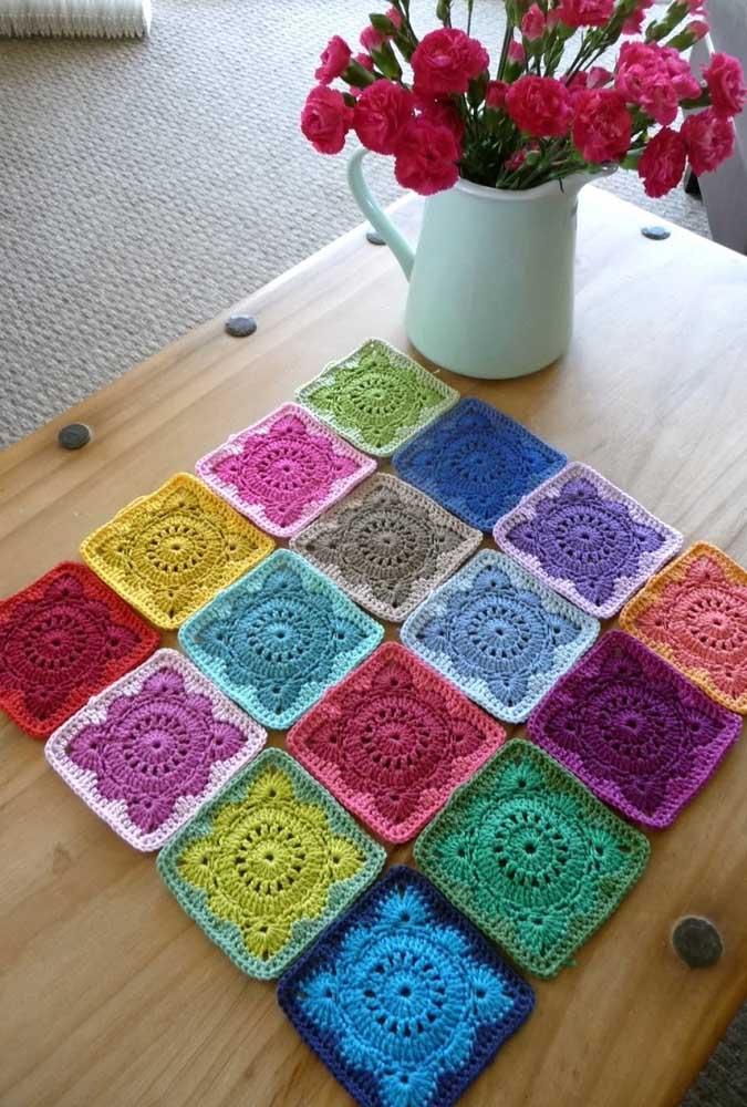 Quer deixar o ambiente mais alegre e divertido? Aposte em um centro de mesa colorido.
