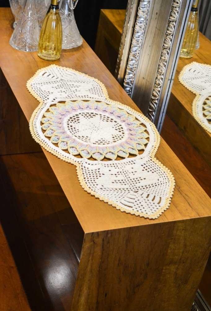 Para uma mesa retangular, aposte em um centro de mesa com formato diferenciado.