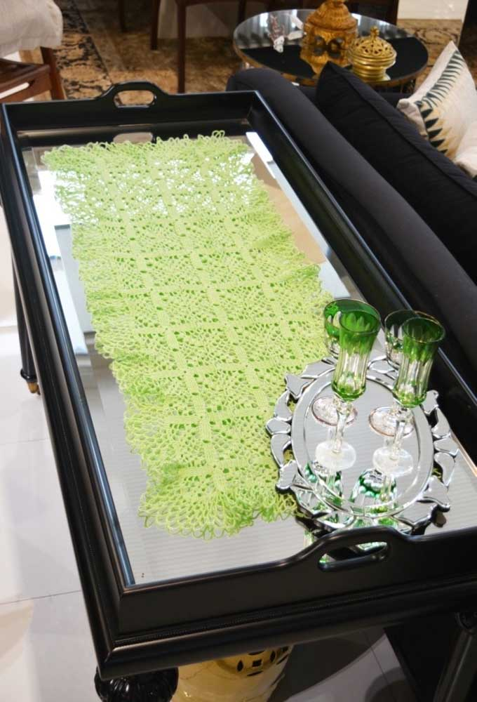 Olha como o jogo de copos está combinando com o centro de mesa que foi feito de crochê.