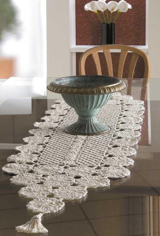 Se a intenção é deixar o ambiente com um ar mais sofisticado, use e abuse do centro de mesa na cor branca.