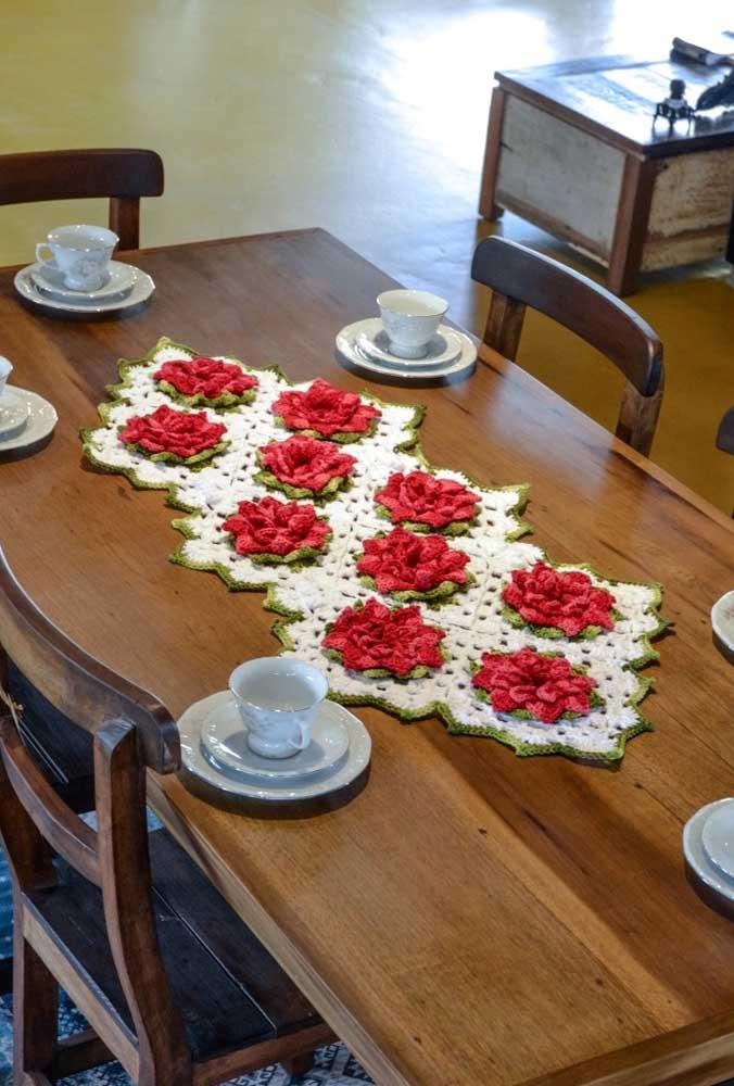 Veja como é possível fazer detalhes de flores em um centro de mesa de crochê.