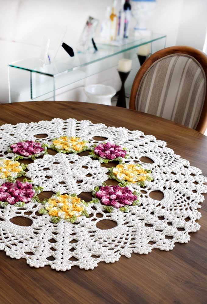 Para não deixar o centro de mesa muito simples, faça algumas flores coloridas.