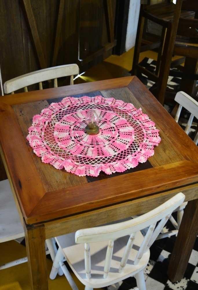 Use cores degradê na hora de fazer um centro de mesa de crochê.