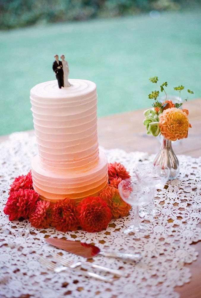 Até na mesa do bolo de casamento o centro de mesa feito de crochê fica um charme só.