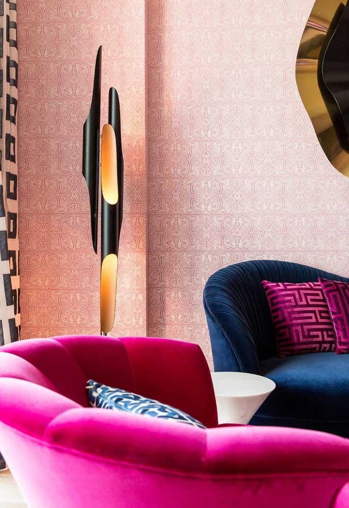 Que tal apostar em sofás nos tons rosa e azul combinando com almofadas na mesma linha para fazer a decoração da sala?