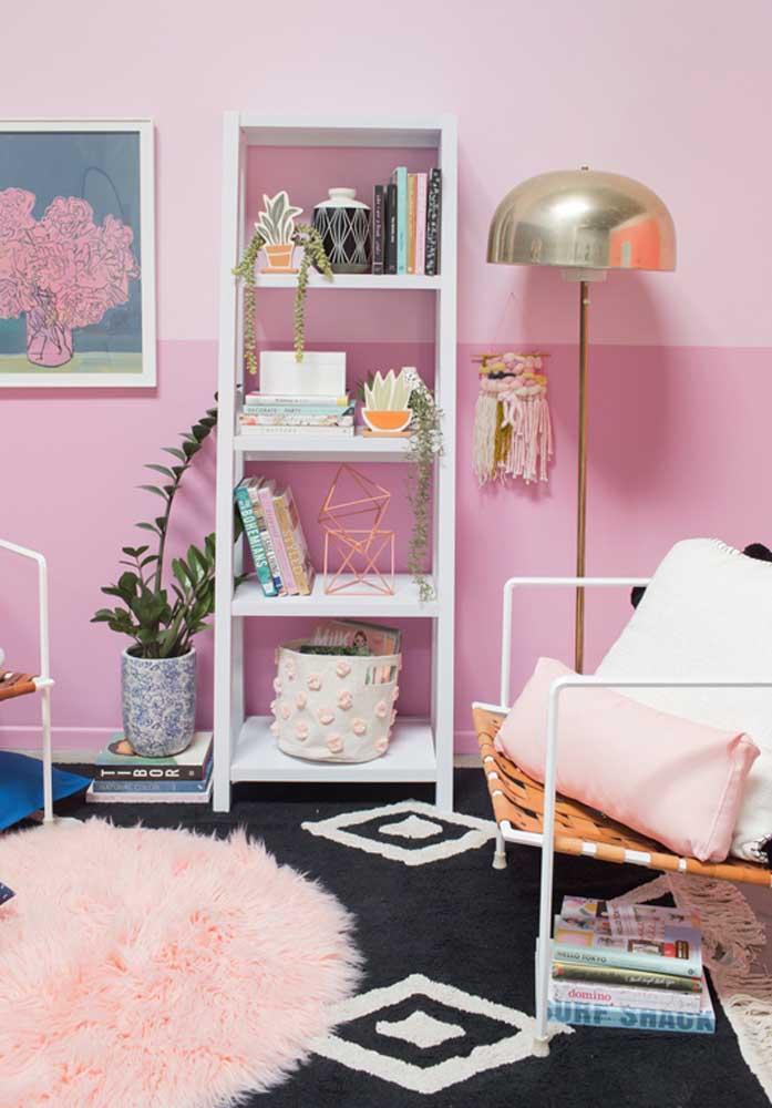 Para deixar o ambiente mais feminino, aposte na sala rosa. Na parede você pode usar diferentes tons de rosa claro.