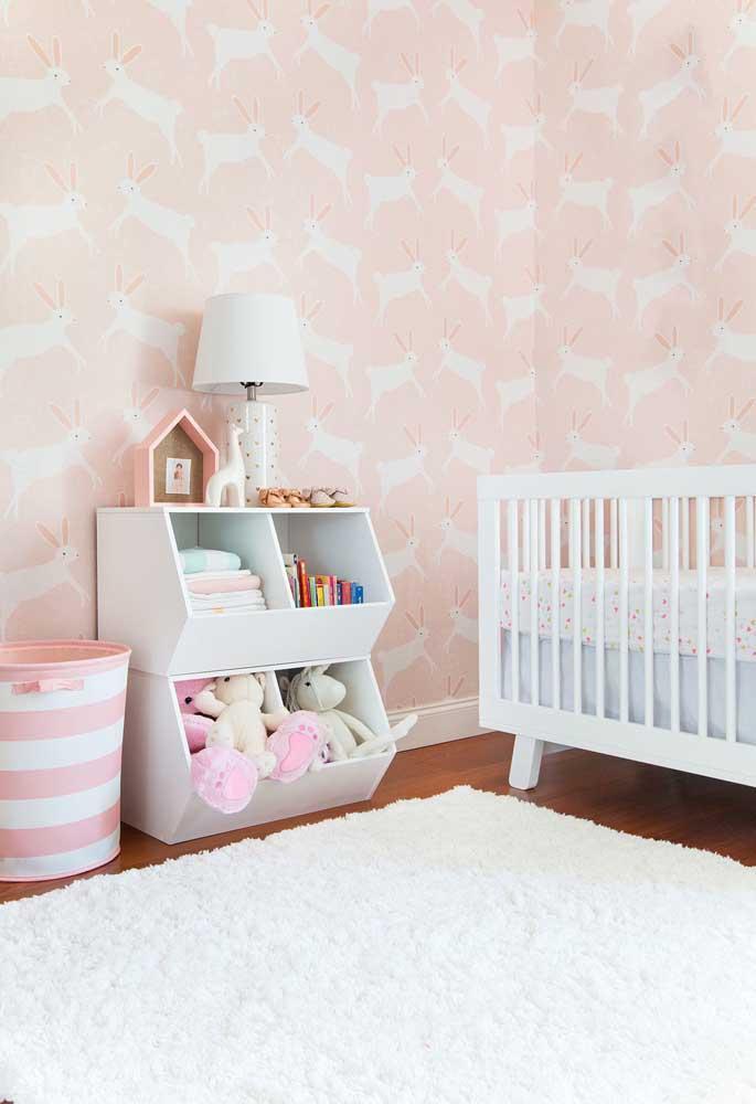 O quarto de bebê rosa ganha destaque com a estampa escolhida para o papel de parede.