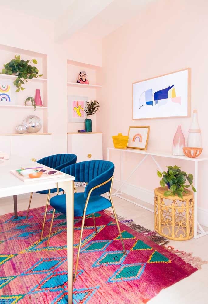 Além da parede com tons de rosa claro, aposte em um tapete bem chamativo para decorar a sala de jantar.