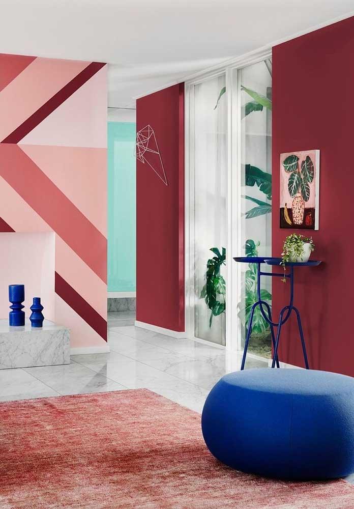 Se a intenção é destacar uma determinada parede da sala, use uma estampa diferenciada. Em outra parede, aposte em um tom de rosa mais escuro.