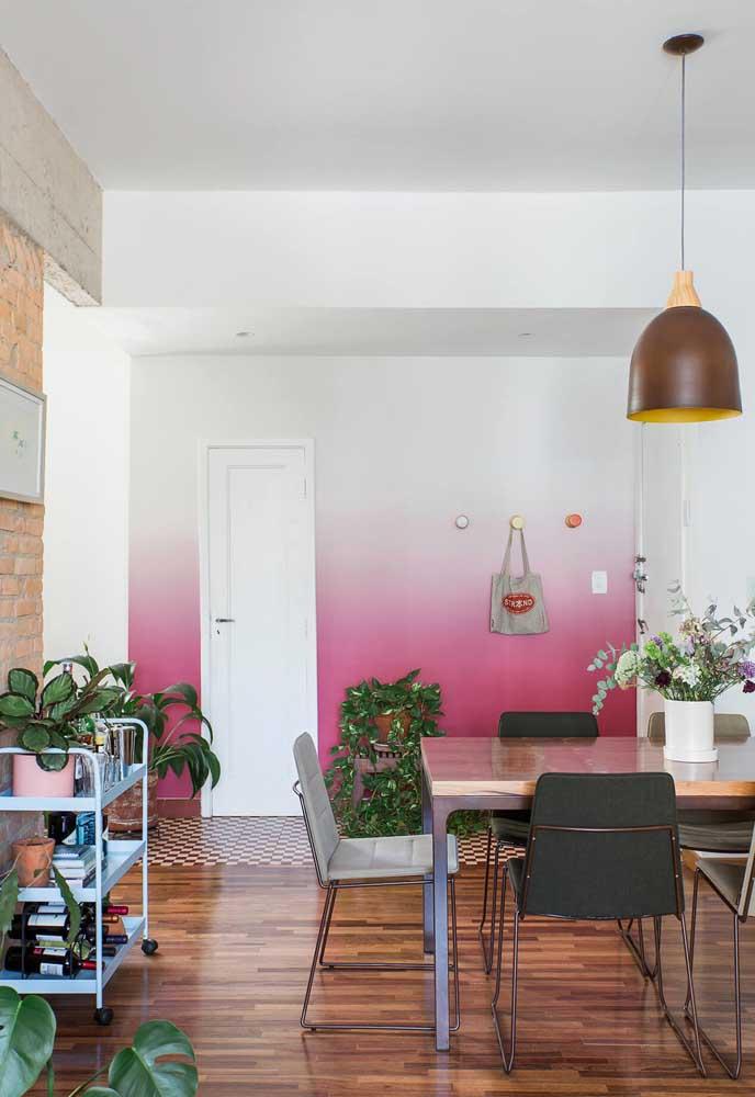 A mistura das cores rosa e cinza fica perfeita na composição da decoração da sala de jantar.